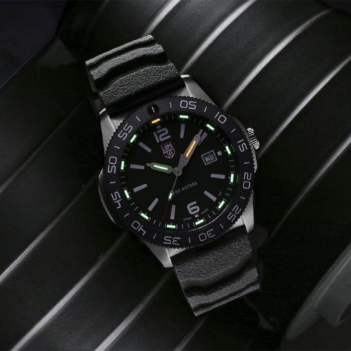 Luminox Pacific Diver 3120 Series 3121 Black/White Front Side Closed With Background